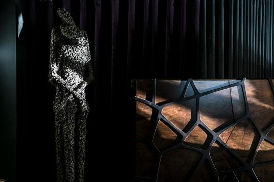 Val青銅作品Létreine II_2015擁抱II的光影與邊櫃構成自然的一幅美景
